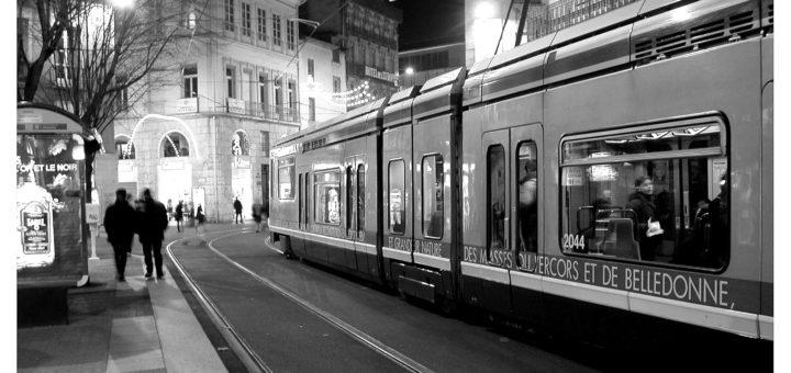 Photographie de Guillaume Brialon, La maison du tourisme, le fameux arrêt de tram, 2001